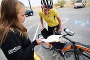 Iris Slappendel (rechts) bespreekt het trainingsprotocol met de trainer. Het Human Power Team Delft en Amsterdam (HPT), dat bestaat uit studenten van de TU Delft en de VU Amsterdam, is in Amerika om te proberen het record snelfietsen te verbreken. In Battle Mountain (Nevada) wordt ieder jaar de World Human Powered Speed Challenge gehouden. Tijdens deze wedstrijd wordt geprobeerd zo hard mogelijk te fietsen op pure menskracht. Het huidige record staat sinds 2015 op naam van de Canadees Todd Reichert die 139,45 km/h reed. De deelnemers bestaan zowel uit teams van universiteiten als uit hobbyisten. Met de gestroomlijnde fietsen willen ze laten zien wat mogelijk is met menskracht. De speciale ligfietsen kunnen gezien worden als de Formule 1 van het fietsen. De kennis die wordt opgedaan wordt ook gebruikt om duurzaam vervoer verder te ontwikkelen.<br /> <br /> The Human Power Team Delft and Amsterdam, a team by students of the TU Delft and the VU Amsterdam, is in America to set a new world record speed cycling.In Battle Mountain (Nevada) each year the World Human Powered Speed Challenge is held. During this race they try to ride on pure manpower as hard as possible. Since 2015 the Canadian Todd Reichert is record holder with a speed of 136,45 km/h. The participants consist of both teams from universities and from hobbyists. With the sleek bikes they want to show what is possible with human power. The special recumbent bicycles can be seen as the Formula 1 of the bicycle. The knowledge gained is also used to develop sustainable transport.
