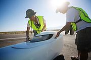 Peter Borenstadt is gefinished op de derde racedag. In Battle Mountain (Nevada) wordt ieder jaar de World Human Powered Speed Challenge gehouden. Tijdens deze wedstrijd wordt geprobeerd zo hard mogelijk te fietsen op pure menskracht. Ze halen snelheden tot 133 km/h. De deelnemers bestaan zowel uit teams van universiteiten als uit hobbyisten. Met de gestroomlijnde fietsen willen ze laten zien wat mogelijk is met menskracht. De speciale ligfietsen kunnen gezien worden als de Formule 1 van het fietsen. De kennis die wordt opgedaan wordt ook gebruikt om duurzaam vervoer verder te ontwikkelen.<br /> <br /> Peter Borenstadt has finished on the third racing day. In Battle Mountain (Nevada) each year the World Human Powered Speed Challenge is held. During this race they try to ride on pure manpower as hard as possible. Speeds up to 133 km/h are reached. The participants consist of both teams from universities and from hobbyists. With the sleek bikes they want to show what is possible with human power. The special recumbent bicycles can be seen as the Formula 1 of the bicycle. The knowledge gained is also used to develop sustainable transport.