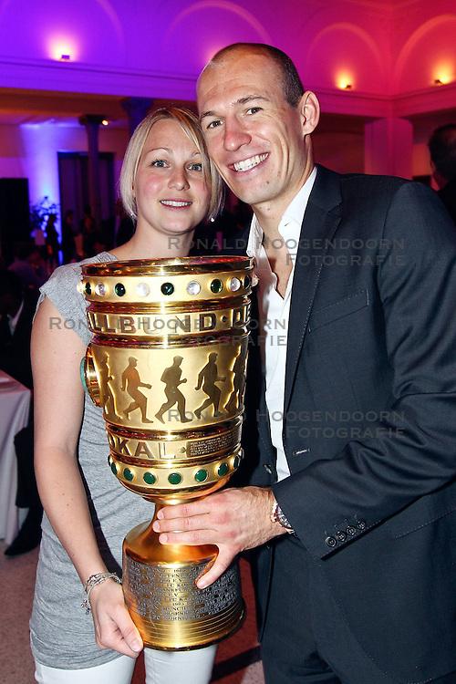 15-05-2010 VOETBAL: CHAMPIONSPARTY BAYERN MUNCHEN: BERLIN<br /> Arjen Robben (R) en Bernadien <br /> ©2010- FRH nph /  PO