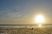 Nederland, Scheveningen, 16-9-2016Een man met zijn kind, bezig met een vlieger op het strand van de 2e maasvlakte..Foto: Flip Franssen