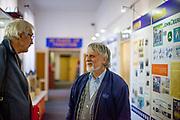 Merkur Eigentümer Jaromir Kriz im Gespräch mit einem besuchenden Lehrer im  Merkur Museum in Police nad Metuji.