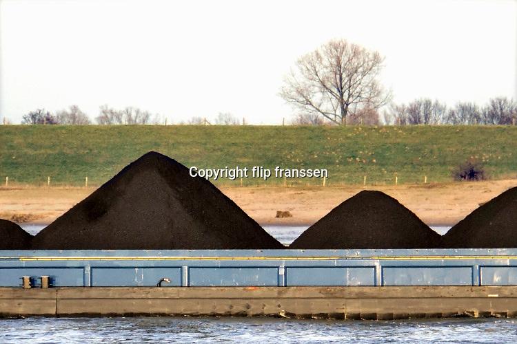 Nederland, Nijmegen, 17-2-2019Binnenvaartschip, beladen met kolenvaren over de Waal richting Duitsland. De lading komt uit de haven van Rotterdam en is op weg naar het Ruhrgebied als brandstof voor hoogovens en elektriciteitscentrales ...FOTO: FLIP FRANSSEN