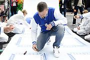 Stichting Het Vergeten Kind, de VriendenLoterij en de Gemeente Almere maken bekend dat Almere volgend jaar ruimte maakt voor Het Huis van Het Vergeten Kind in Almere. Op dit moment organiseren Het Vergeten Kind en de VriendenLoterij een nationale actie (VriendenLoterij PrijzenMarathon) om geld voor de bouw van het huis in te zamelen.<br /> <br /> Op de foto:  Johnny de Mol