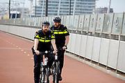 In Nijmegen fietsen agenten over de Snelbinder, de fietsbrug tussen Nijmegen en Lent.<br /> <br /> In Nijmegen police officers cycle at the bridge over the river Waal.