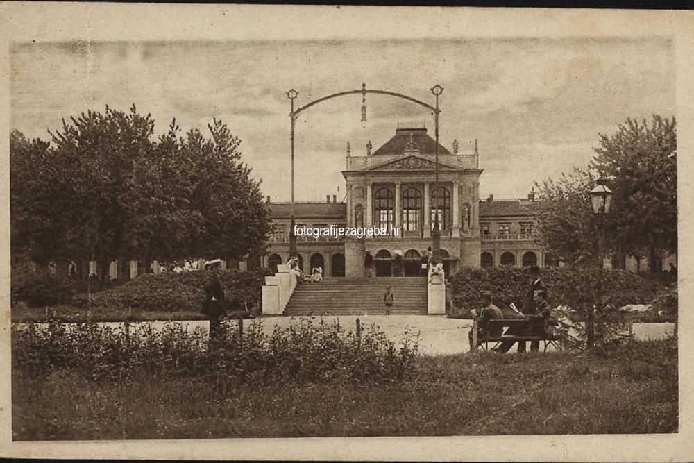 "Zagreb : Državni kolodvor. <br /> <br /> ImpresumZagreb : S. n., [između 1920 i 1924].<br /> Materijalni opis1 razglednica : tisak ; 8,8 x 14 cm.<br /> SuradnikMarton, E.<br /> Vrstavizualna građa • razglednice<br /> ZbirkaZbirka razglednica • Grafička zbirka NSK<br /> ProjektPozdrav iz Hrvatske<br /> Formatimage/jpeg<br /> PredmetZagreb –– Trg kralja Tomislava<br /> SignaturaRZG-TOM-45<br /> Obuhvat(vremenski)20. stoljeće<br /> NapomenaRazglednica je putovala. • Razglednica je izdana u sklopu serije ""Umjetničke zagrebačke vazglednice"". • Razglednica je tiskana po fotografiji E. Martona.<br /> PravaJavno dobro<br /> Identifikatori000953693<br /> NBN.HRNBN: urn:nbn:hr:238:291858 <br /> <br /> Izvor: Digitalne zbirke Nacionalne i sveučilišne knjižnice u Zagrebu"