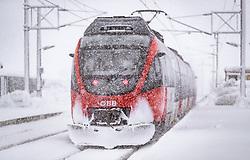 THEMENBILD - ein Zug der OeBB im starkem Schneefall, aufgenommen am 09. Jaenner 2019 in Saalfelden, Oesterreich // a train of the OeBB in heavy snow, Saalfelden, Austria on 2019/01/09. EXPA Pictures © 2019, PhotoCredit: EXPA/ JFK