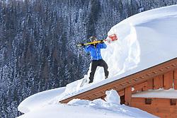 THEMENBILD - In der Steiermark gab es Anfang Jänner heftige Schneefälle und Sturm, auf die am 11. Jänner ein Schönwettertag folgte. Hier im Bild ein Mann beim Abschaufeln eines Hausdaches, aufgenommen am Freitag 11. Jänner 2019 in Ramsau am Dachstein, Steiermark // In Styria at the beginning of January there were heavy snowfalls and storms, followed by a fine weather day on January 11th. A man clears the roof of a house from snow, pictured on Friday January 11th 2019 in Ramsau am Dachstein, Steiermark. EXPA Pictures © 2019, PhotoCredit: EXPA/ Martin Huber