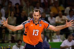 28-07-2000 FRA: Olympisch Kwalificatie Toernooi Nederland - Frankrijk, Castelnau Le Lez<br /> Nederland wint in een beladen duel van Frankrijk en plaatst zich voor de Olympische Spelen in Sydney / Martin van der Horst