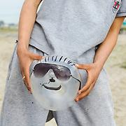 Nederland Rotterdam 19 april 2009 20090419 Foto: David Rozing ..Jongeren hebben een condoom opgeblazen en er een gezicht van gemaakt, compleet met zonnebril, snor, glimlach en haar. Het topje van de condoom is de neus. ..Foto: David Rozing