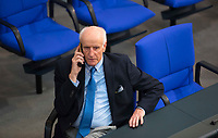 DEU, Deutschland, Germany, Berlin, 24.10.2017: Albrecht Glaser, Kandidat der Partei Alternative für Deutschland (AfD) für das Amt des Bundestagsvizepräisdenten, telefoniert nach seiner gescheiterten Wahl auf der Regierungsbank. Konstituierende Sitzung des 19. Deutschen Bundestags mit Wahl des Bundestagspräsidenten.