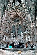 Spanje, Barcelona, 10-1-2004....Sagrada Familia, Gaudi, oostelijke gevel met toeristen. kerk, architectuur, bezienswaardigheid, toerisme, stedentrip, vakantie...Foto: Flip Franssen/Hollandse Hoogte....Foto: Flip Franssen