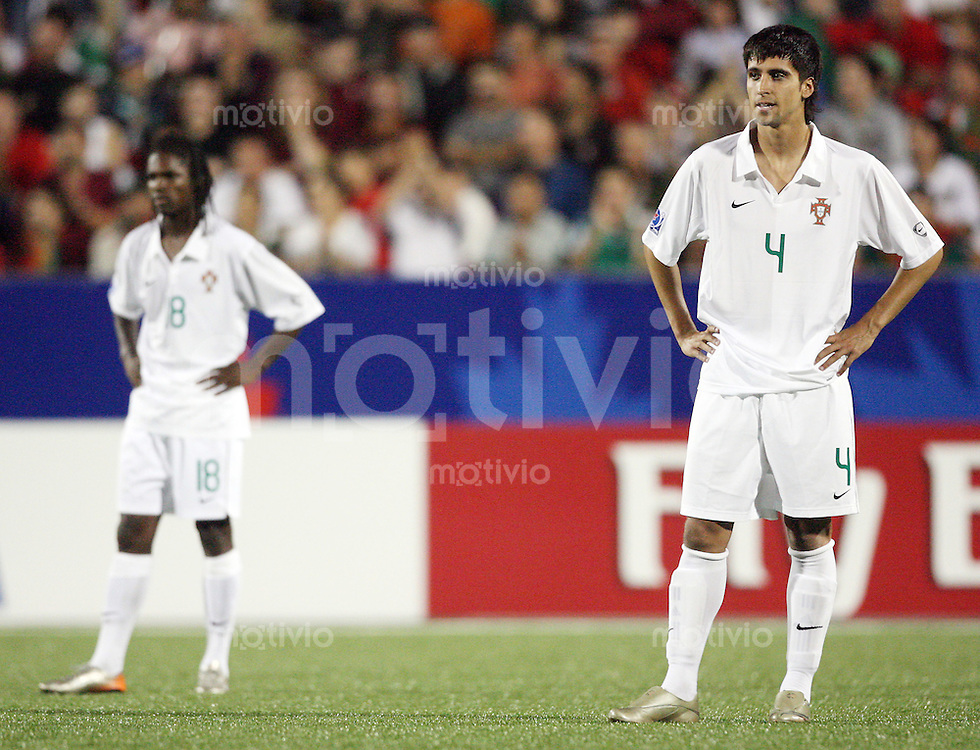Fussball International U 20 WM  Mexico - Portugal Cesar VILLALUZ (POR, li.) und Paulo RENATO (POR) sind enttaeuscht.    .