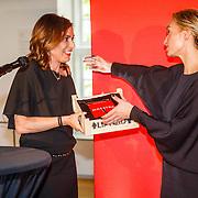 NLD//Amsterdam/20160422 - Boekpresentatie Maestra, Heleen van Royen overhandigd boek aan schrijfster Lisa Hilton
