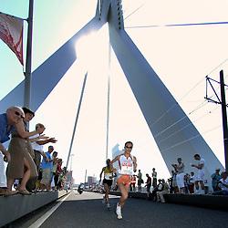 15-04-2007 ATLETIEK: FORTIS MARATHON: ROTTERDAM<br /> In Rotterdam werd zondag de 27e editie van de Marathon gehouden. De marathon werd rond de klok van 2 stilgelegd wegens de hitte en het grote aantal uitvallers / Hiromi Ominami JAP op de Erasmusbrug, wint de marathon bij de vrouwen in 2:26:35 - <br /> ©2007-WWW.FOTOHOOGENDOORN.NL