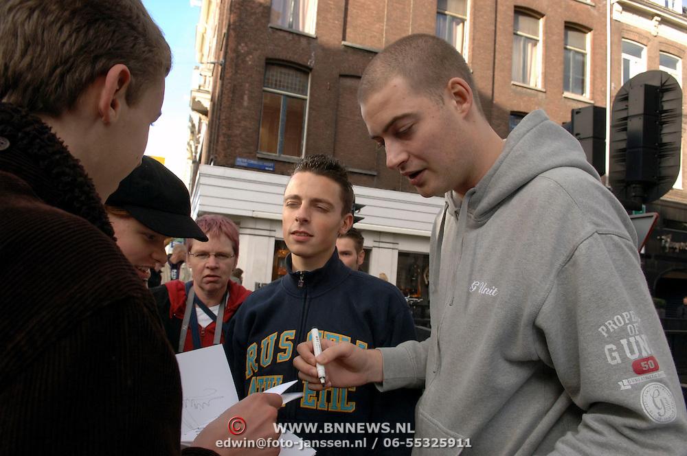 NLD/Amsterdam/20051105 - Lange Frans en Baas B. delen handtekeningen uit in Amsterdam, Frans Frederiks