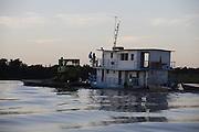 Pocone_MT, Brasil...Rio Cuiaba.Transpantaneira.Porto Jofre..Chalana transportando trator..Foto: JOAO MARCOS ROSA / NITRO