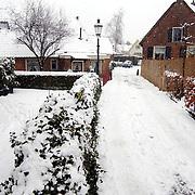 Schipperstraat Huizen, straat en woningen bedekt onder een laag sneeuw.wit, gladheid, kou, winter,