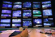 Nederland, Nijmegen, 18-7-2005<br /> Controlekamer voor de beveiligingscamera 's van de politie tijdens de vierdaagse , vierdaagsefeesten, om het publiek te observeren en indien nodig te sturen. Veiligheid, camera, beheersen mensenmassa, evenement, festival, menigte, criminaliteit, zakkenrollen. Bewaking, stad, straat, plein, observeren, bewakingscamera, monitor. Calamiteit.<br /> Crowd control.<br /> Foto: Flip Franssen/Hollandse Hoogte