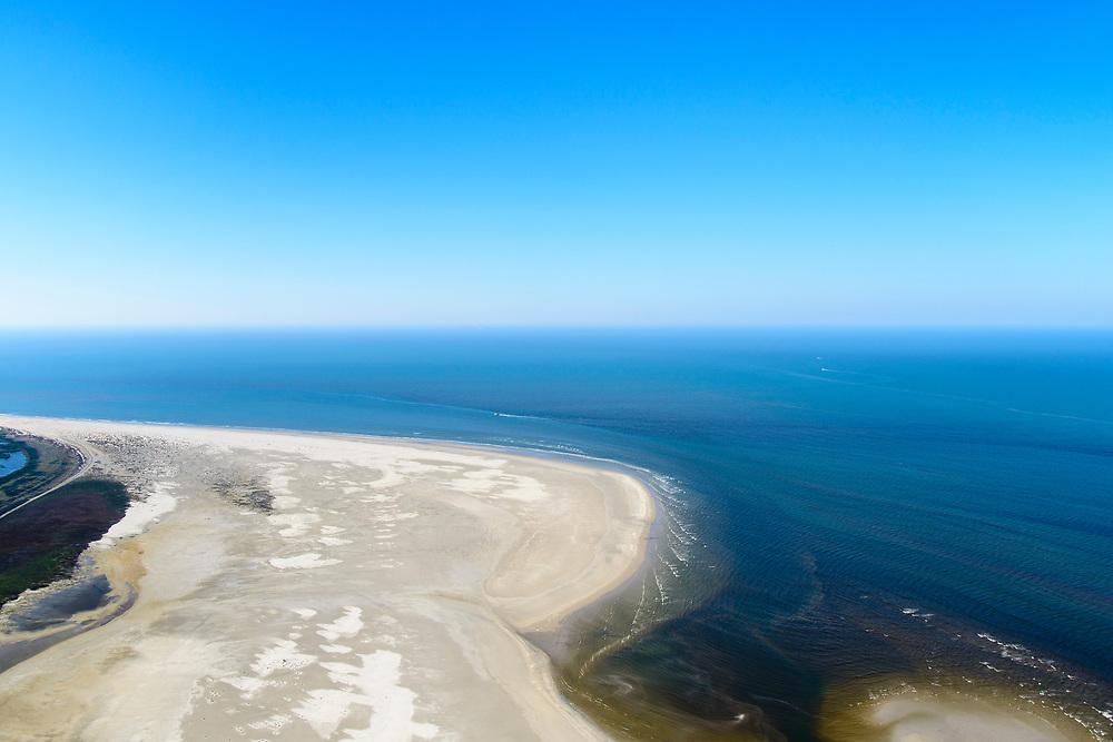 Nederland, Friesland, Ameland, 05-07-2018; West-Ameland, Noordzee-strand ten noorden van Ballum en Hollum. Door de stroming van de zee wordt er zand op het strand geworpen en groeit de kop van het eiland. <br /> North Sea beach north of Ballum and Hollum. Because of the current of the sea sand is thrown on the beach and the head of the island grows.<br /> <br /> luchtfoto (toeslag op standard tarieven);<br /> aerial photo (additional fee requi