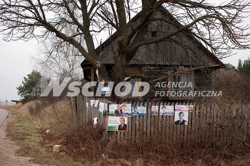 16.11.2014 gmina Michalowo woj podlaskie N/z plakaty wyborcze na drewnanym plocie fot Michal Kosc / AGENCJA WSCHOD