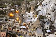 Turkije, Goreme, 7-6-2011De bizarre rotsformaties van cappadocie zijn een toeristische trekpleister. Avondopname. Terras met toeristen in het stadje.Foto: Flip Franssen