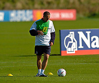 Fotball<br /> Foto: SBI/Digitalsport<br /> NORWAY ONLY<br /> <br /> England trener foran helgas landskamp<br /> 06.10.2004<br /> <br /> England's Michael Owen cuts a lone furrow at training.