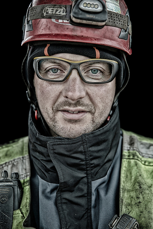 Kranmontør Rasmus Delfs fotograferet i 40 meters højde i styrehuset af kranen