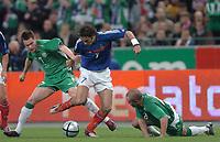 Fotball<br /> VM-kvalifisering<br /> Frankrike v Irland<br /> 9. oktober 2004<br /> Foto: Digitalsport<br /> NORWAY ONLY<br /> ROBERT PIRES  (FRA) / STEPHEN FINNAN / STEPHEN CARR (IRE)