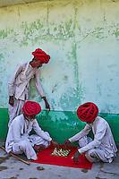 Inde, Rajasthan, village de Meda dans les environs de Jodhpur, population Rabari, partie d'echec // India, Rajasthan, Meda village around Jodhpur, Rabari ethnic group, chess game