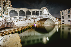 THEMENBILD - Langzeitbelichtung der Rialto Brücke bei Nacht, aufgenommen am 05. Oktober 2019 in Venedig, Italien // long Exposure of the Rialto bridge at night in Venice, Italy on 2019/10/05. EXPA Pictures © 2019, PhotoCredit: EXPA/ JFK
