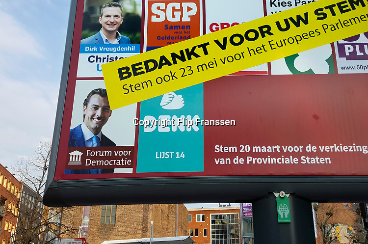 Nederland, Nijmegen, 30-3-2019Op een bord met verkiezingsaffiches is een grote sticker met een bedankje geplakt. Het portret van Thierry Baudet is met en hitlersnorretje beklad .Foto: Flip Franssen