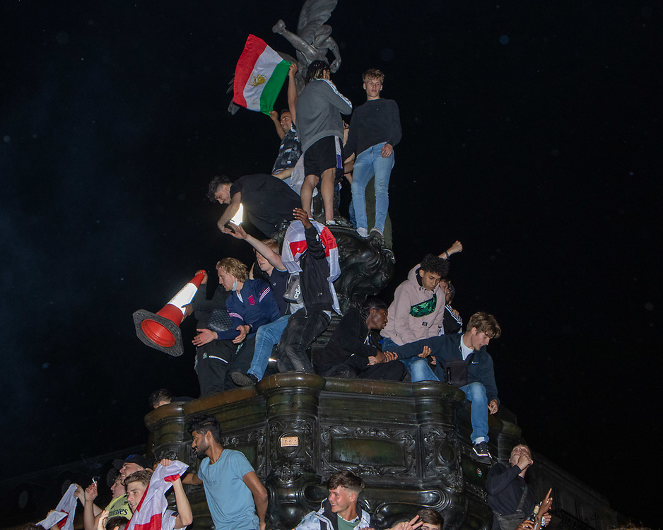 Fans surround and climb the Shaftesbury Memorial Fountain after England has won 4:0 with Ukraine. 03.07.2021. Marcin Riehs/Pathos