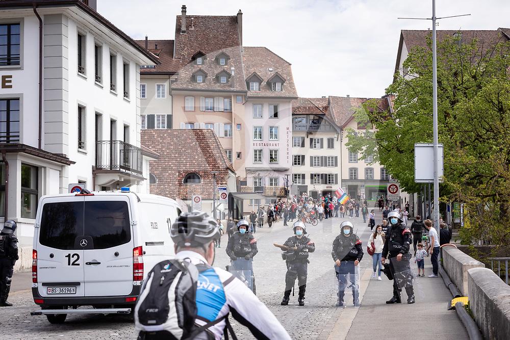 SCHWEIZ - AARAU - Eine unbewilligte Demonstration gegen die Coronamassnahmen und die Corona-Politik, hier eine Polizeisperre am Zollrain. Zu dieser unbewilligten Demonstration wurde über die Sozialen Medien aufgerufen. Ursprünglich hat das 'Aktionsbündnisses Aargau-Zürich' (ABAZ) versucht in Aarau und Wettingen eine Demonstration anzumelden, beide wurden von den Behörden nicht bewilligt. - 08. Mai 2021 © Raphael Huenerfauth - https://www.huenerfauth.ch