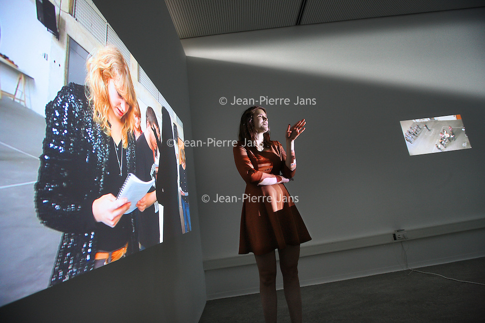 Nederland, Amsterdam , 6 juli 2011..Schrijfster Alma Mathijsen bij haar afstudeerproject op de Rietveldacademie op de afdeling Image and language..Foto: Jean-Pierre Jans
