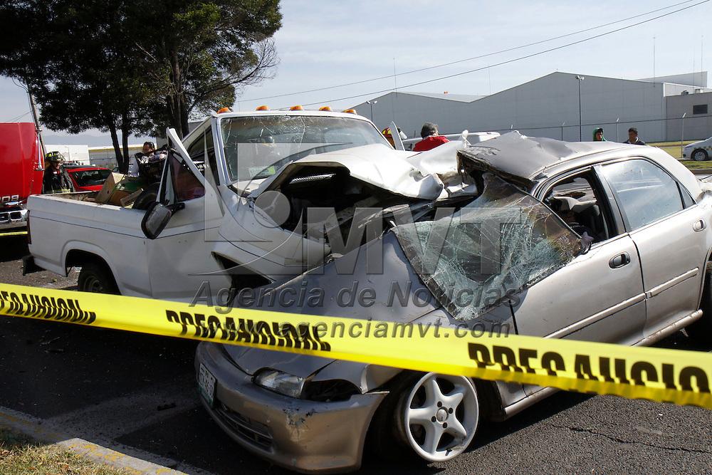 TOLUCA, México.- Dos personas perdieron la vida en un accidente automovilístico registrado en Boulevard Aeropuerto,  al impactar su automóvil con una camioneta que transportaba frutas y legumbres; al lugar acudieron bomberos de Toluca quienes realizaron el rescate de los cuerpos. Agencia MVT / Crisanta Espinosa. (DIGITAL)