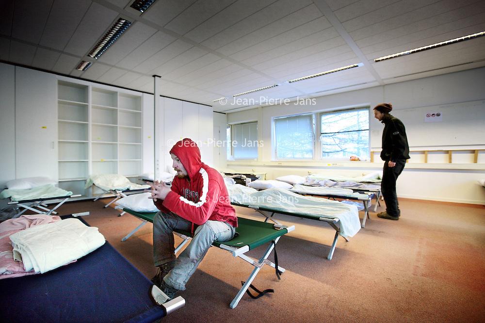 Nederland, Amsterdam , 8 december 2012..Een dakloze ontwaakt in 1 van de geimproviseerde slaapzalen van het voormalige kantorenpand aan de Laan van Vlaanderen, dat tijdelijk dienst doet  als daklozenopvang vanwege de vrieskou...Verwacht wordt dat dit weekend zo'n 220 daklozen zich zullen aanmelden om hier te overnachten..Foto:Jean-Pierre Jans