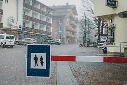 31.03.2020, Saalbach Hinterglemm, AUT, Coronaviruskrise, tägliches Leben mit dem Coronavirus, im Bild die leere Fußgängerzone in Saalbach. Mit 01.04.2020, 00.00 Uhr wird die Pinzgauer Gemeinde Saalbach Hinterglemm unter Quarantäne gestellt // the empty pedestrian zone in Saalbach. The Pinzgau municipality of Saalbach Hinterglemm will be placed in quarantine on April 1, 2020 at 00:00., Saalbach Hinterglemm, Austria on 2020/03/31. EXPA Pictures © 2020, PhotoCredit: EXPA/ Stefanie Oberhauser