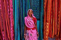 Inde, Rajasthan, Usine de Sari. Les tissus sechent en plein air. Ramassage des tissus secs par des femmes avant le repassage // India, Rajasthan, Sari Factory, Textile are dried in the open air. Collecting of dry textile are folded by women