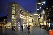 Het huidige stadhuis van Den Haag is gelegen aan de zuidoostzijde van de Kalvermarkt en de noordoostzijde van het Spui. Het heeft als bijnaam IJspaleis wegens zijn witte kleur. Het kenmerkt zich ook door het atrium, het grootste van Nederland, even ruim als de Piazza San Marco in Venetië[1].<br /> De architect is de Amerikaan Richard Meier.