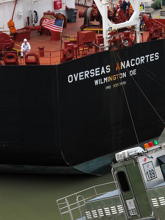Buque Overseas Anacortes en las esclusas de Miraflores / Canal de Panamá.<br /> <br /> Overseas Anacortes ship at Miraflores Lock / Panama Canal.
