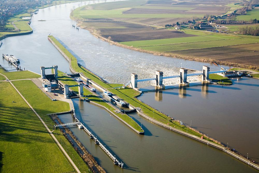 Nederland, Noord-Brabant, Lith, 11-02-2008; stuw in de rivier de Maas, dient om de waterloop te reguleren en het peil te beheren; de Maas is een regenrivier, met met name in de winter grote wateraanvoer (ook door smeltwater), in de zomer (droogte) zorgt de stuw er voor dat de schepvaart kan blijven doorgaan; in Lith zijn twee sluizen en is naast de stuw (rechts) een waterkrachtcentrale gebouwd; sluis en stuw zijn voltooid in 1936, nu rijksmonument; sluis, sluiskolk, schutten; flood control dam in the river Maas, regulates and manages the water level; the Maas is a rain river, with especially in the winter large amounts of water (melt water); in the summer thee is shortage of water, the dam ensures water level for shipping; .left of the dam a hydroelectric power sation has been build; locks have been completed in 1936, now national monument, lock, lock.luchtfoto (toeslag); aerial photo (additional fee required); .foto Siebe Swart / photo Siebe Swart