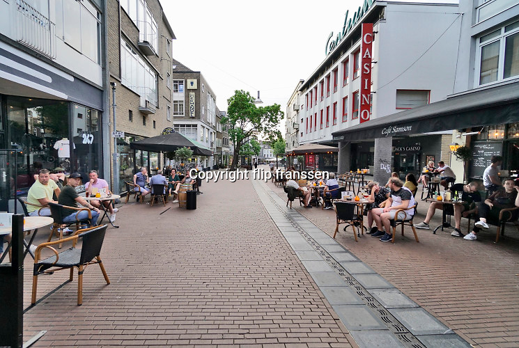 Nederland, Nijmegen, 1-6-2020  Vandaag, 1 juni, gaan de versoepelde coronamaatregelen in waardoor de horeca weer beperkt open kan en ook culturele instellingen openzoals musea open kunnen. Terrassen en tarrasjes mogen weer bezocht worden mits aan regels wordt voldaan om  het besmettingsrisico minimaal te maken. Unlock,beperkende,beperkingen, cafe, opheffen,versoepelen,versoepeling , opengooien,  openen,opening,opmeten,voorbereiden,voorbereiding, Foto: Flip Franssen