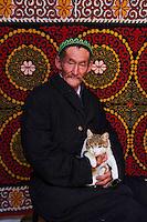Mongolie, province de Bayan-Ulgii, région de l'ouest, campement nomade des Kazakh, homme kazakh à l'intérieur d'une yourte // Mongolia, Bayan-Ulgii province, western Mongolia, nomad camp of Kazakh people in the steppe, Kazakh man inside the yurt
