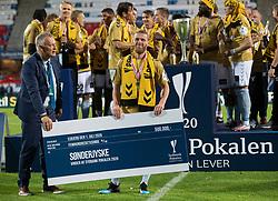 Anfører Johan Absalonsen (SønderjyskE) får overrakt præmiechecken efter finalen i Sydbank Pokalen mellem AaB og SønderjyskE den 1. juli 2020 i Blue Water Arena, Esbjerg (Foto Claus Birch).