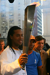 O jogador do Barcelona, da Espanha, Ronaldinho Gaucho conduz a Tocha dos Jogos Pan-Americanos do Rio 2007, em Porto Alegre-RS. FOTO: Jefferson Bernardes/Preview.com