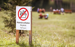 THEMENBILD - Picknick Verbotsschild am Hintersee, aufgenommen am 08. August 2019 in Mittersill, Österreich // Picnic prohibition sign at the Hintersee, Mittersill, Austria on 2019/08/08. EXPA Pictures © 2019, PhotoCredit: EXPA/ JFK
