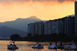 Pedalinhos ao pôr do sol na Lagoa Rodrigo de Freitas - Rio de Janeiro - Brasil. FOTO: Jefferson Bernardes/Preview.com
