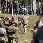 NLD/Ede/20190921- Prince Charles en Prinses Beatrix bij herdenking Airborne, Afgevaardigde van het Amerikaanse leger leggen een krans