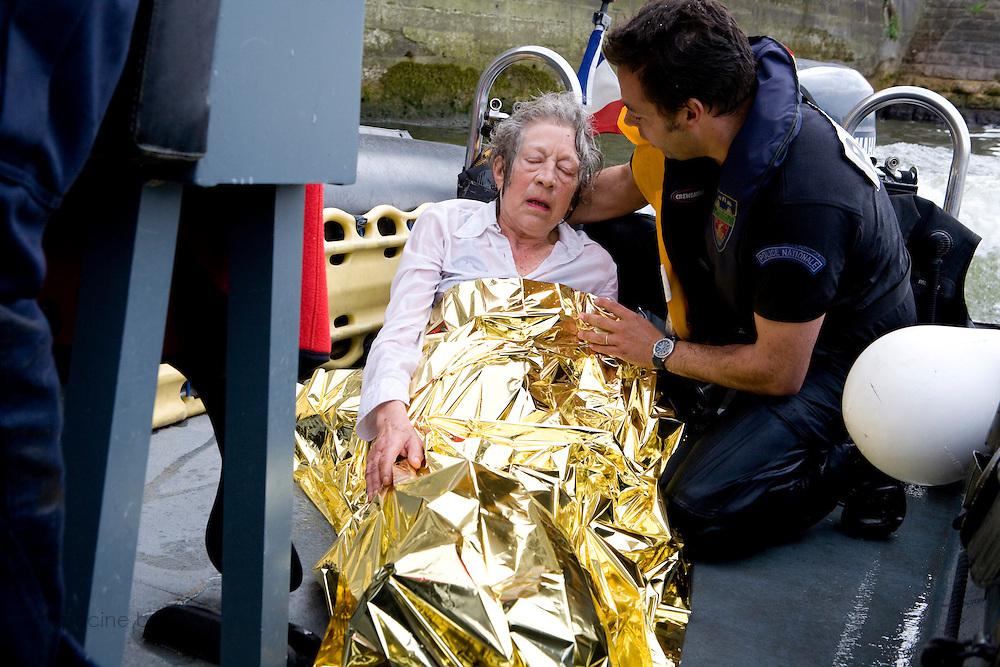 Paris, France. 7 Mai 2009..Brigade Fluviale de Paris..16h24 Sauvetage d'une femme suite a une tentative de suicide..Paris, France. May 7th 2009..Paris fluvial squad..4:24pm Salvage of a woman following a suicide..