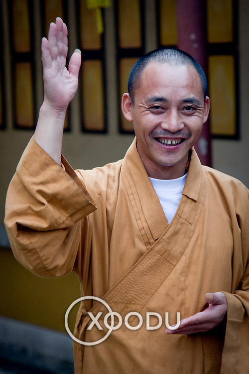 Monk waving in North Pagoda monastery in Suzhou (Suzhou, China - Sep. 2008) (Image ID: 080926-1130481a)